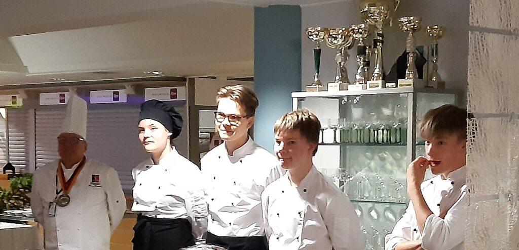 Lehtori Tarmo Wasenius ja ammattiopisto Riverian opiskelijat  vastasivat illan menusta